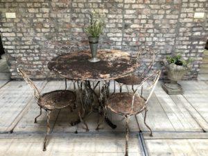 ancienne table de jardin style romantique