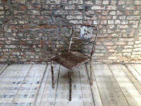 chaise en métal patine blanche