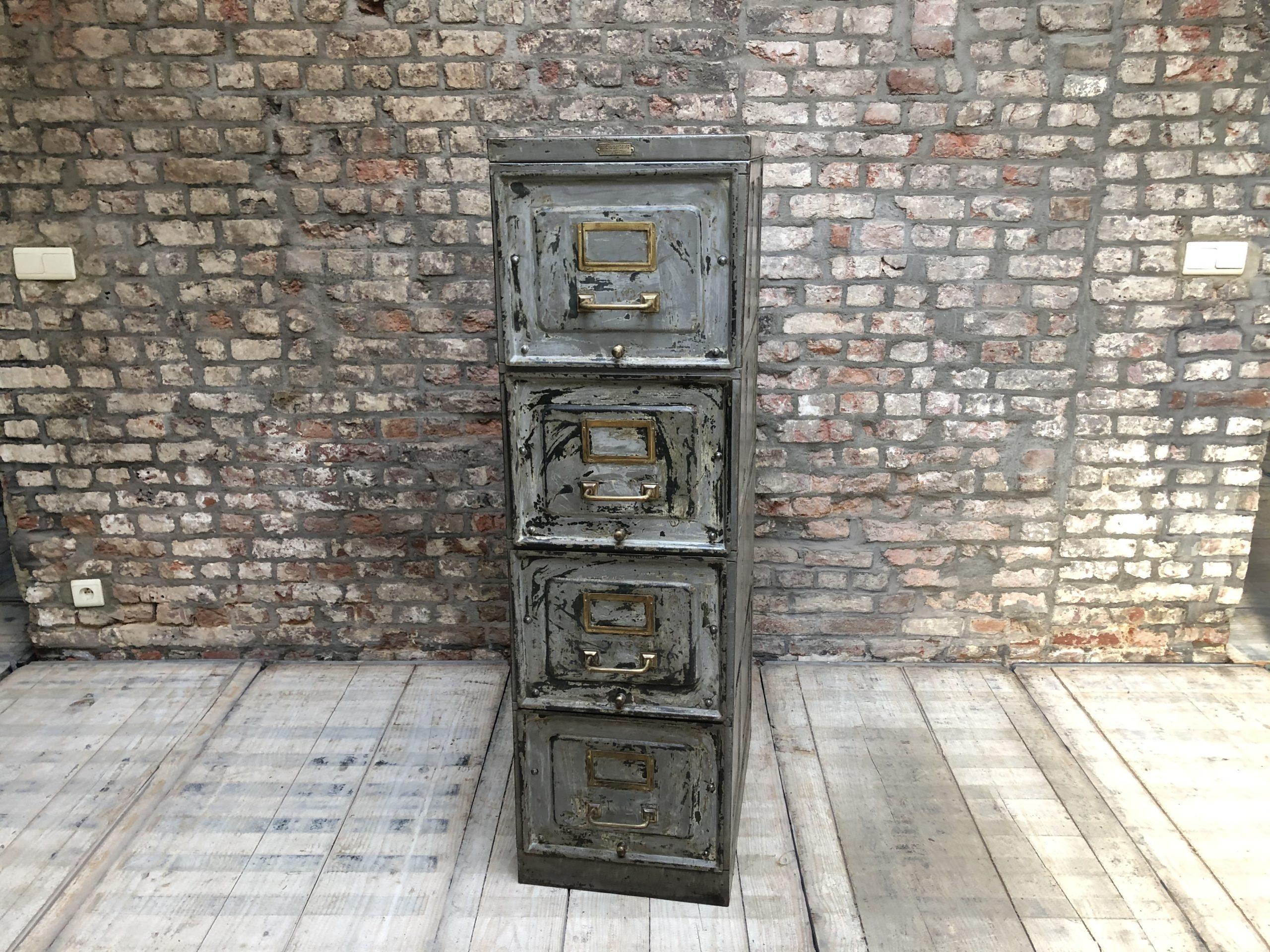 Meuble industriel à tiroirs patiné
