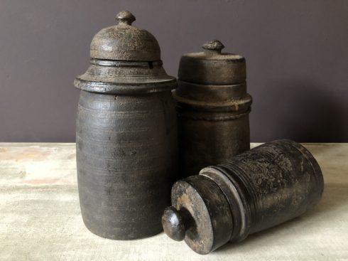 Anciens pots à beurre Népalais