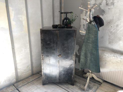 meuble industrielle avec compartiments et pierre bleue