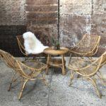 fauteuils vintage en rotin et table d'appoint