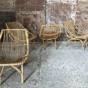 fauteuils vintage et table d'appoint en rotin