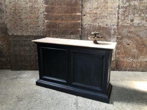 Comptoir en bois noir et tablette en bois clair