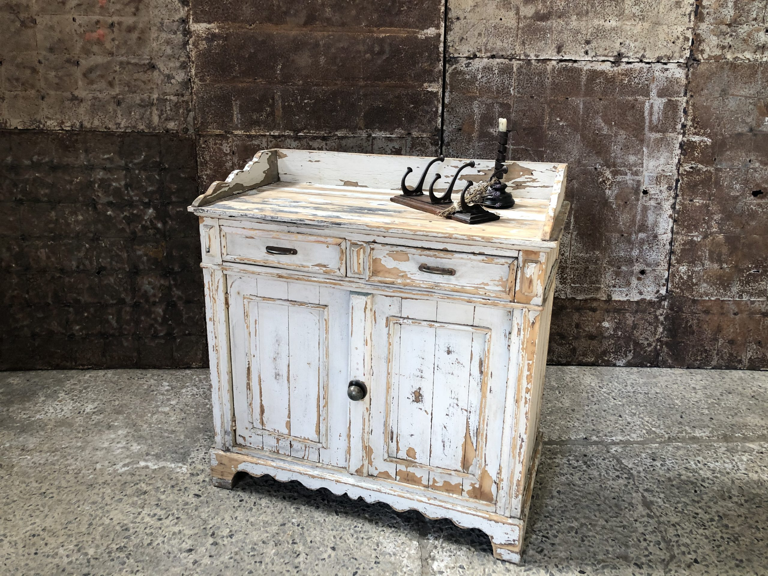 Commode patine blanche