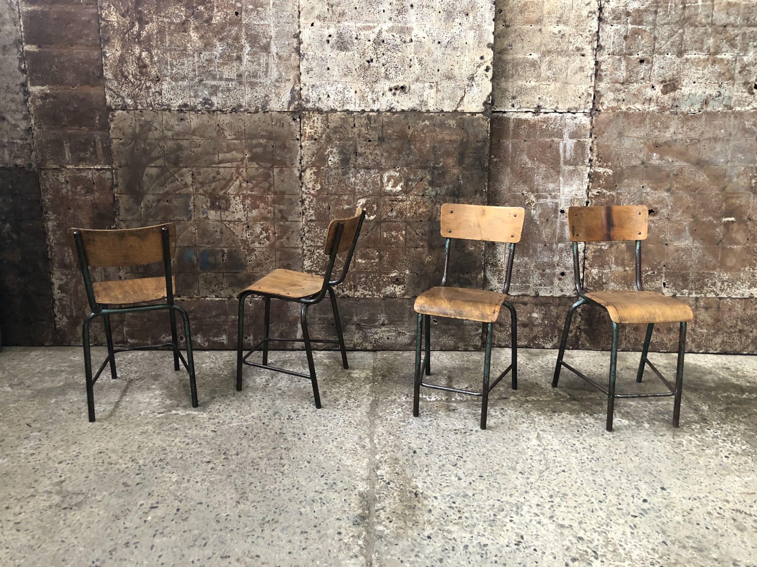Anciennes chaises d'école de laboratoire