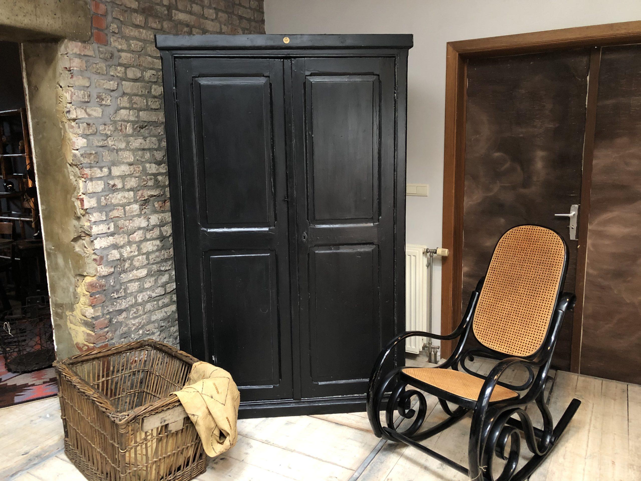 Armoire noire en bois 2 portes