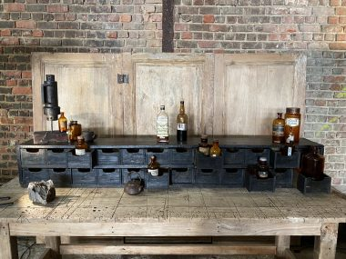 Meuble d'atelier à tiroirs en bois patine noire