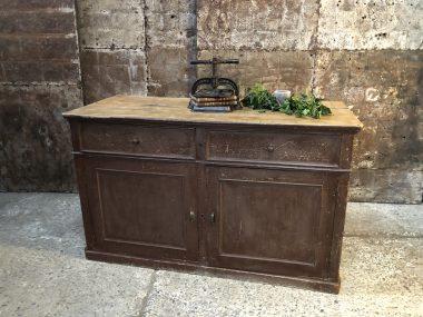 Buffet vintage en bois patiné 2 tiroirs et 2 portes