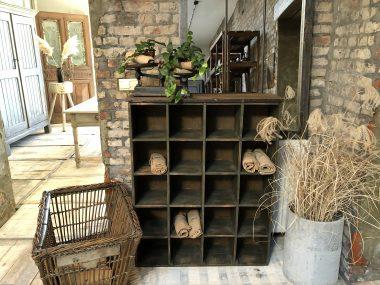 Ancien meuble d'atelier à casiers