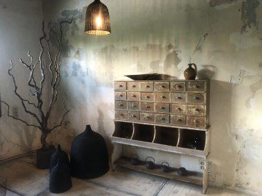 Ancien grainetier avec tiroirs et casier en bois patiné