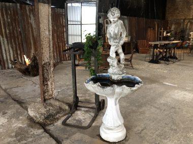 Ancienne fontaine jardin exterieur